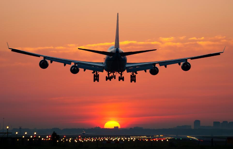 Luchthavenvervoer vliegtuig met zonsondergang